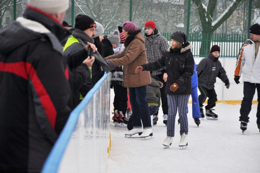 CHEŁMEK. Mnóstwo ludzi przychodzi na lodowisko (wideo)