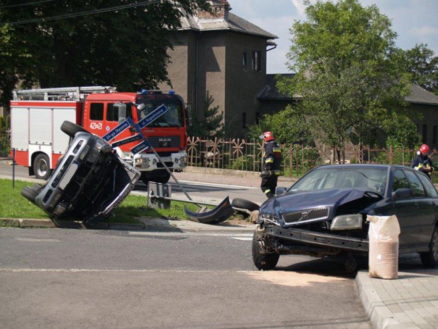 TRZEBINIA. Audi zderzyło się z volvo. Dwie osoby ranne