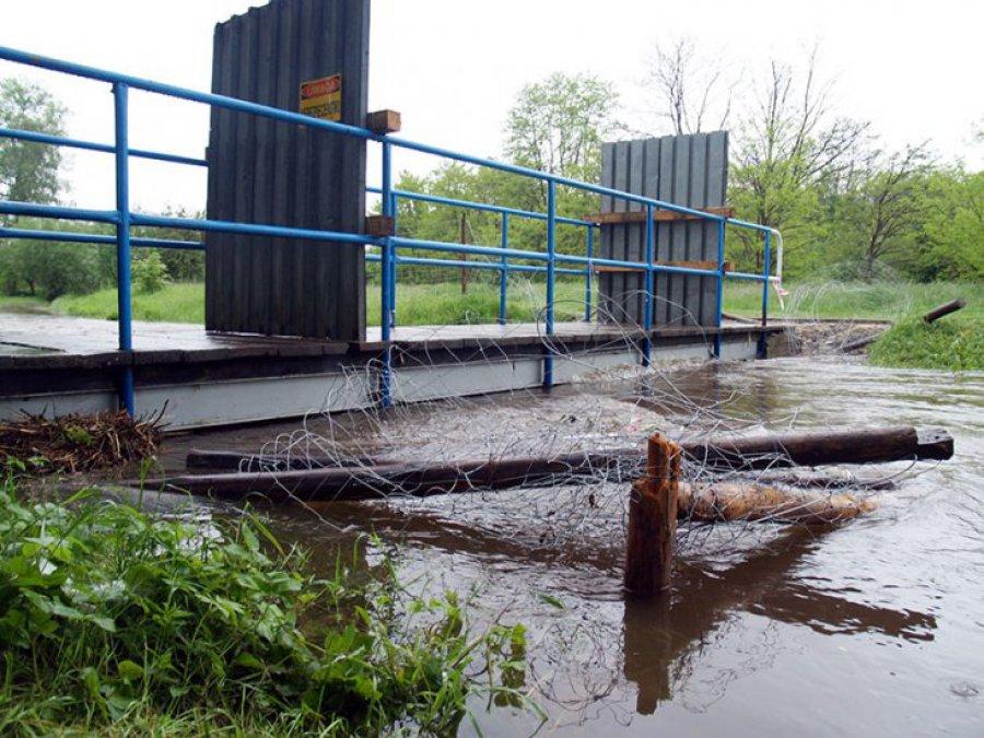 Nie ma przejścia przez kładki: zniszczyła je powódź