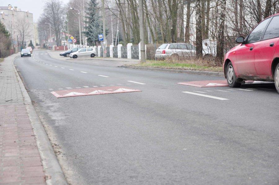Mieszkańcy: próg nie poprawił bezpieczeństwa na drodze