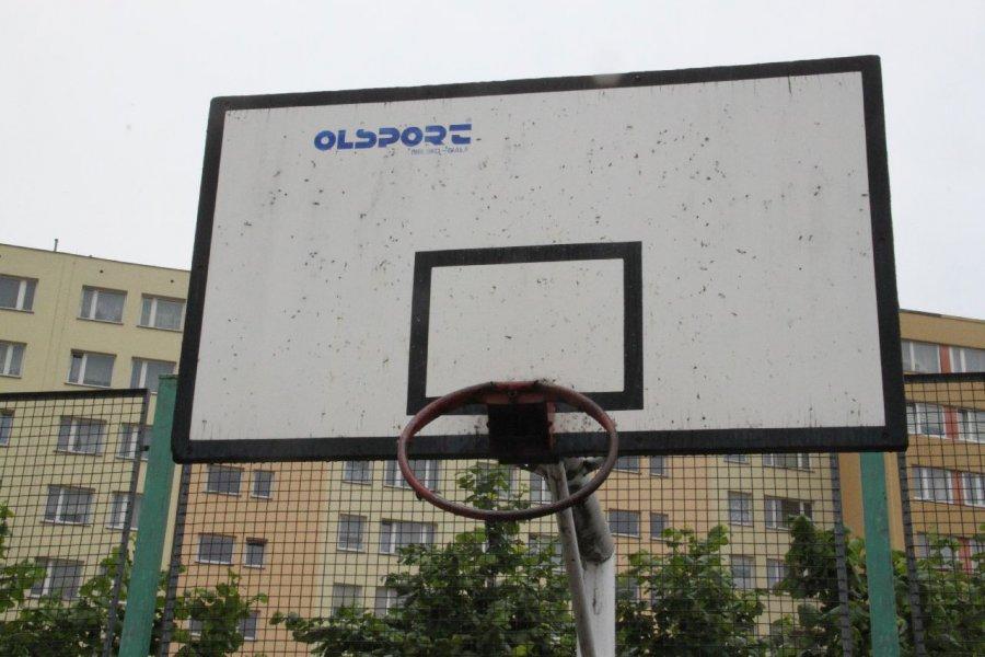 Idą wakacje, a na boisku przy ulicy Sikorskiego nie da się grać w koszykówkę ani siatkówkę