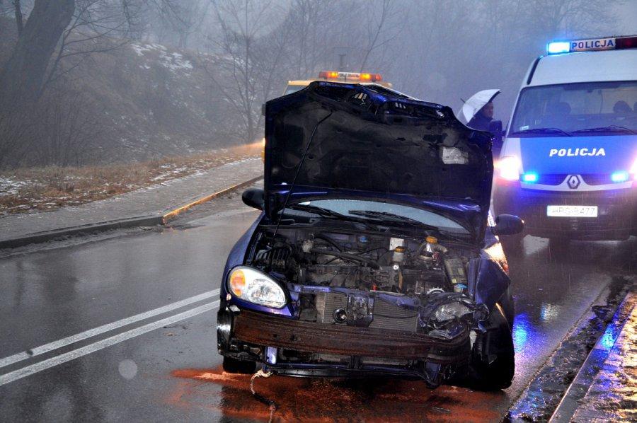 Czołowe zderzenie dwóch samochodów. Jedna osoba w szpitalu