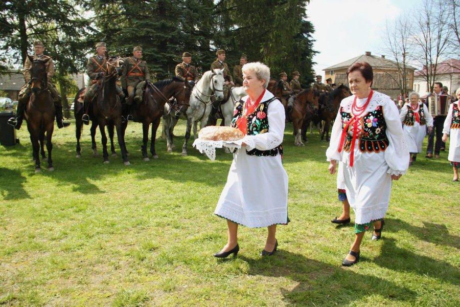 Mieszkańcy powitali ułanów chlebem i śpiewem