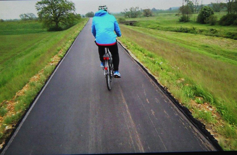 Świeży asfalt na wałach kusi rowerzystów