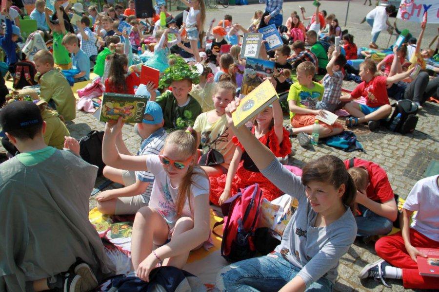 Młodzi czytali po cichu i na głos. Przyszły tłumy