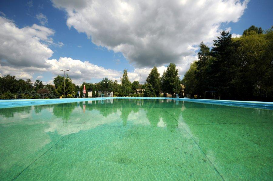 Woda jest w basenie, ale wciąż nie wolno pływać