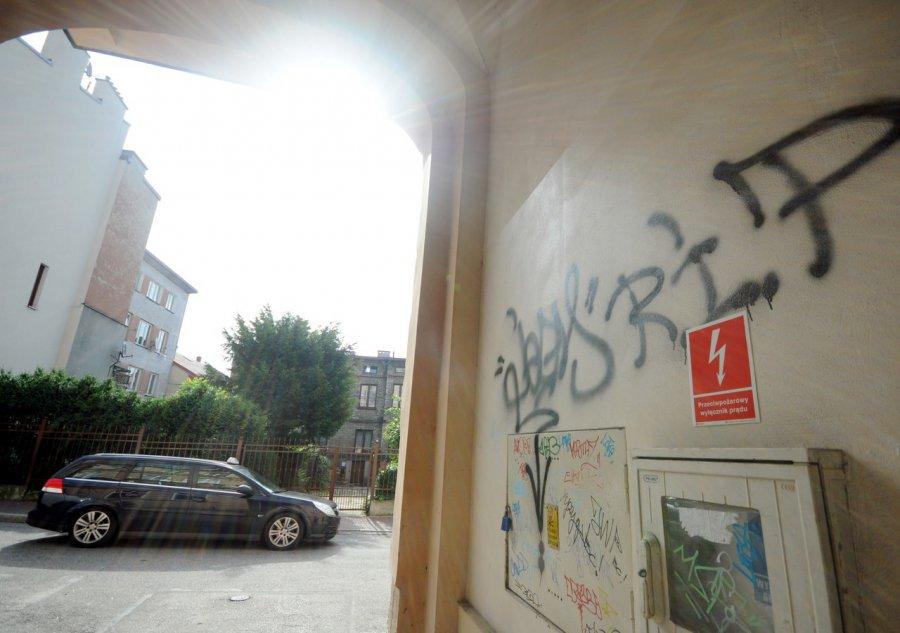 Wandale niszczą kamienice odnowione za setki tysięcy złotych