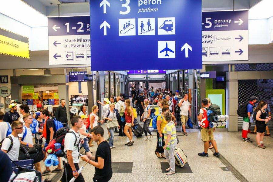 W ciągu doby w Krakowie do pociągów wsiadło blisko 300 tys. osób