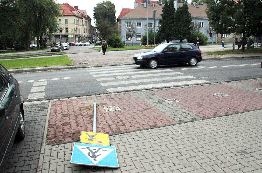 W środku miasta, przez wiele dni, na ziemi leżał znak drogowy
