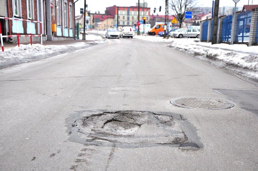 Dziura na środku drogi