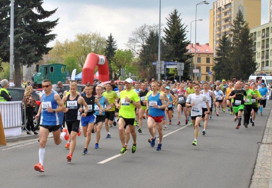 Tłum biegaczy wystartował spod MOKSiR-u (WIDEO)