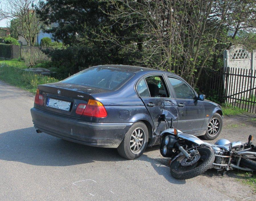 Motocyklista uderzył w BMW