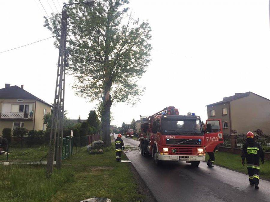 Dom stanął w ogniu po uderzeniu pioruna