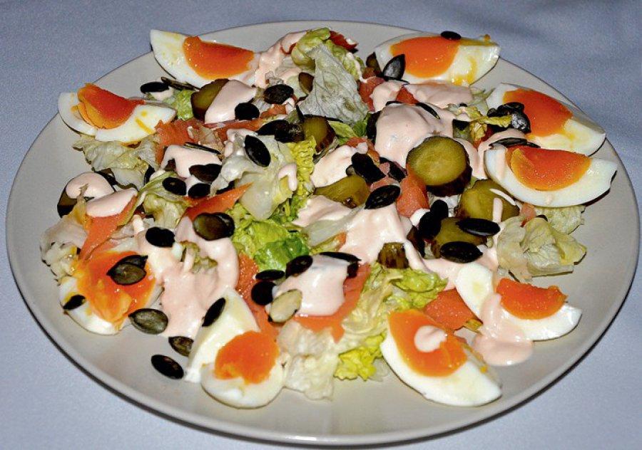 Ekspresowa sałatka z jajkiem i łososiem