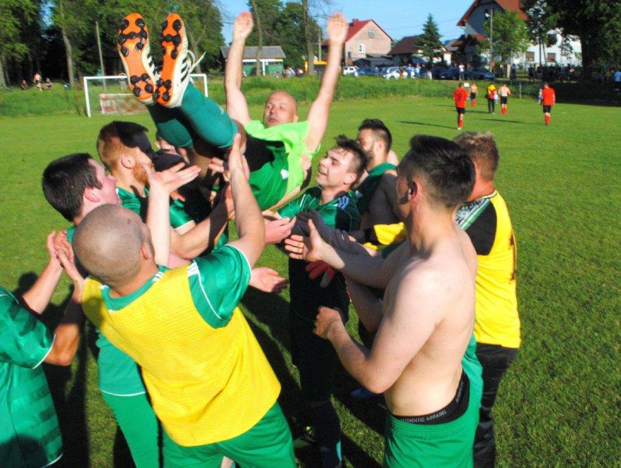 Piłkarze Ostrężnicy świętowali awans do A-klasy