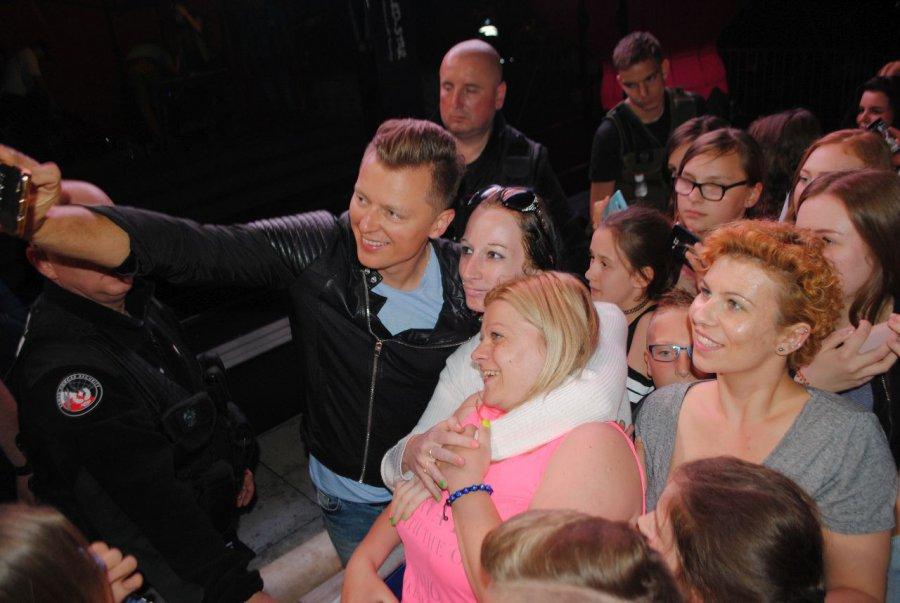 Fani stali w kolejce po selfie z Brzozowskim (wideo)