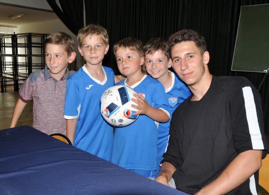 Piłkarz Liverpoolu rozdawał autografy i pozował do zdjęć