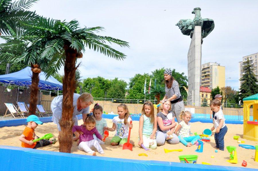 Na chrzanowskiej plaży pod palmami dzieci dobrze się bawią