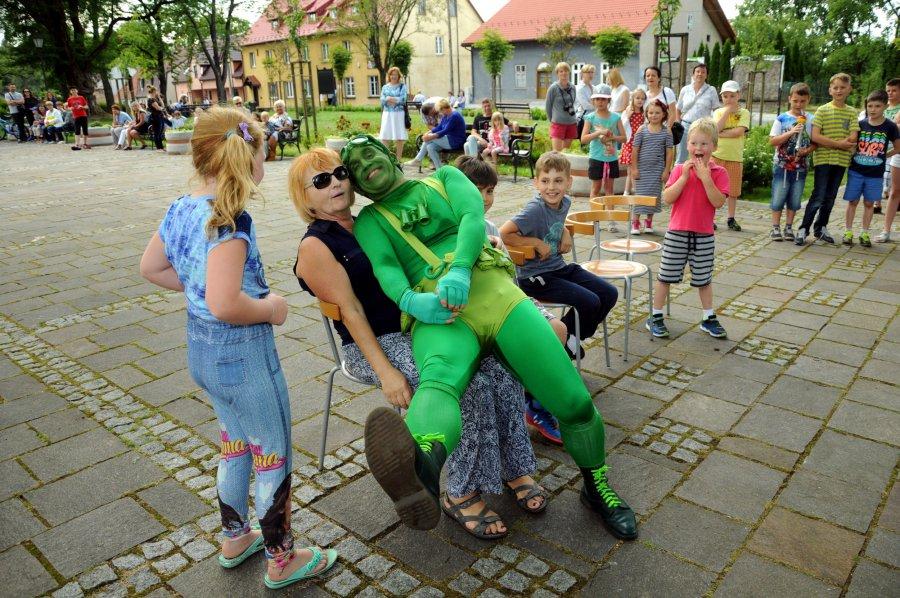 Zielony człowiek rozbierał uczestników festiwalu teatrów ulicznych (WIDEO)