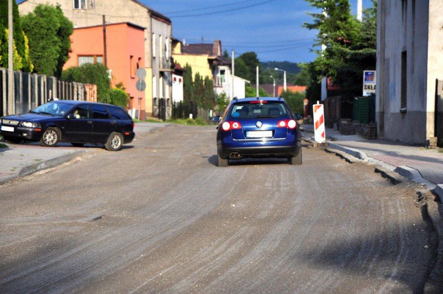 Uwaga kierowcy: na ul. św. Stanisława sterczą studzienki