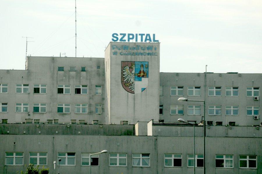 Szyld jest tak zniszczony, że nie wiadomo, co to za szpital