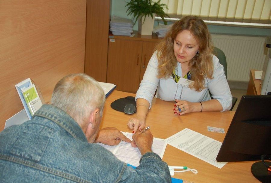 Przyszli emeryci stoją w kolejce w ZUS-ie
