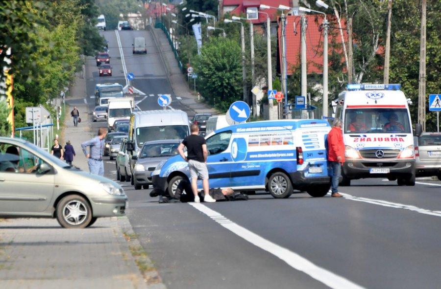 Motocyklista zderzył się z samochodem. Trafił do szpitala
