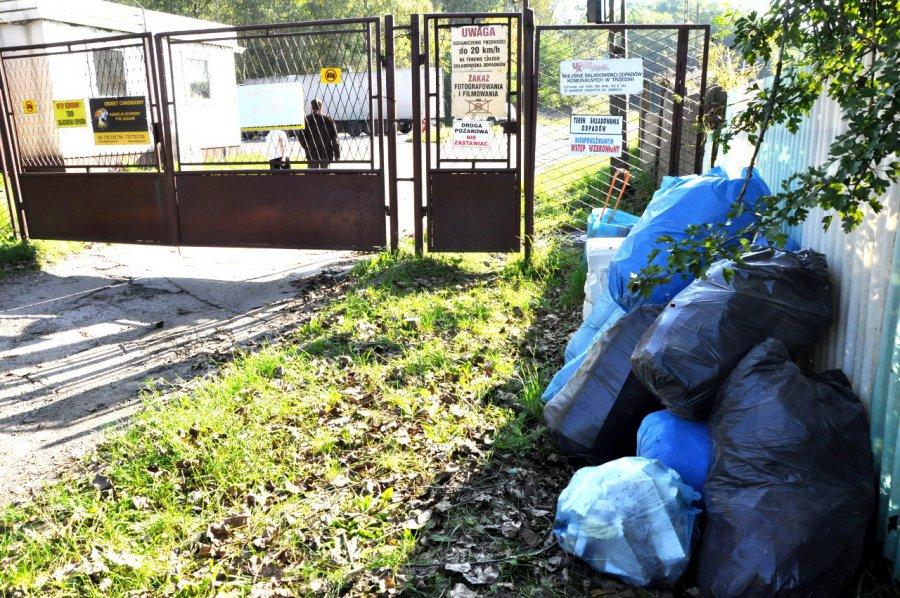 PSZOK zamknięty. Ludzie wyrzucają odpady przed bramą