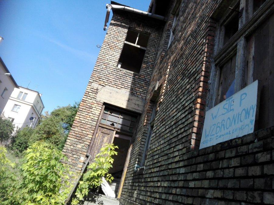 Ten budynek też może się zawalić, a dzieci wchodzą do środka