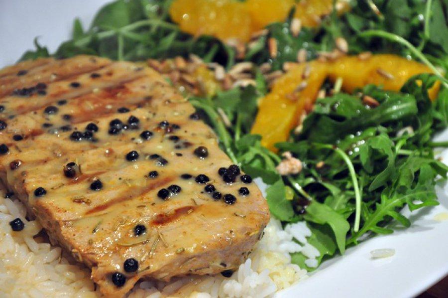 Grillowany stek z tuńczyka z sosem cytrynowo-pieprzowym