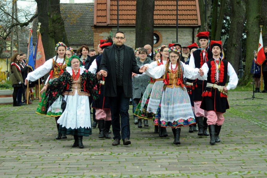 11 Listopada zatańczyli na Rynku mazura i poloneza