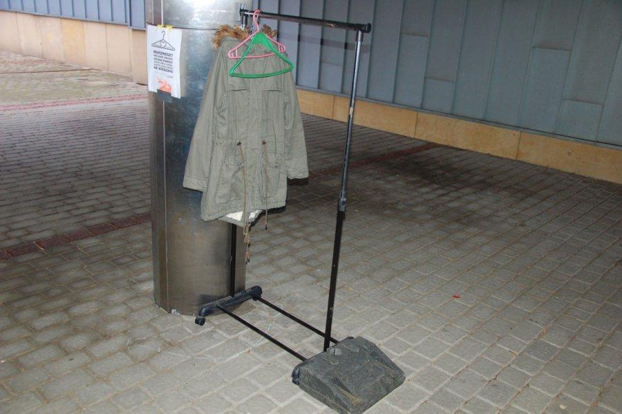 Na plenerowym wieszaku można zostawić kurtkę lub sweter