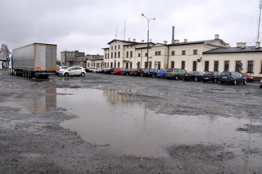 Na nowy, wygodny parking przy trzebińskim dworcu na razie nie ma co liczyć