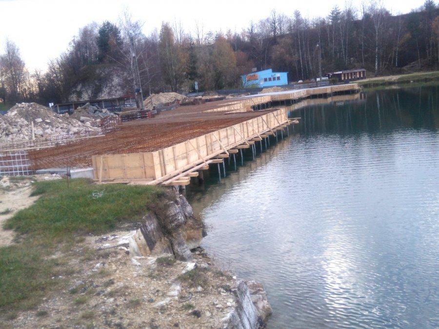 Szkielet podwieszanych basenów nad Balatonem już jest