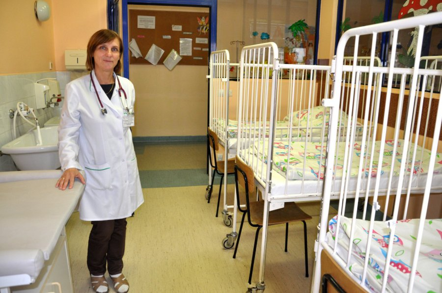 Rodzice w szpitalu koczują na stołkach lub karimatach