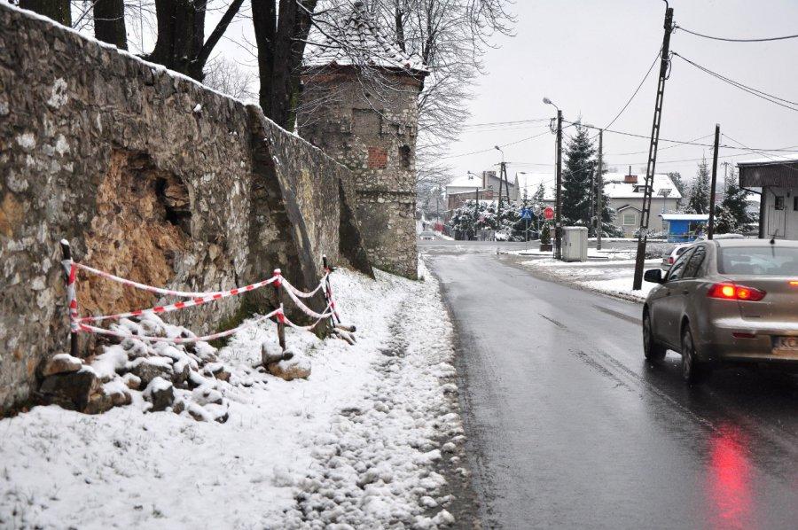 Mur okalający młoszowski pałac rozpada się