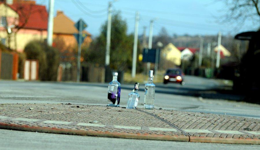 Butelki po wódce witały kierowców na pinesce