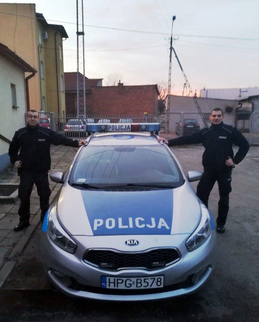 Policjanci i strażnik więzienny uratowali życie kierowcy