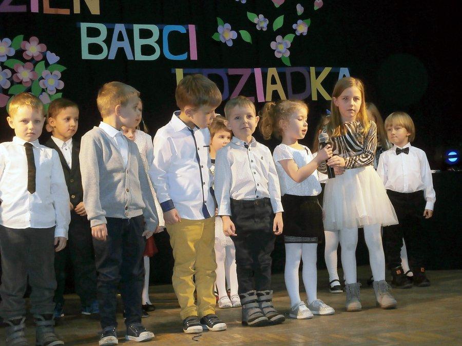 Przedszkolaki z Psar życzą Babciom i Dziadkom 100 lat!