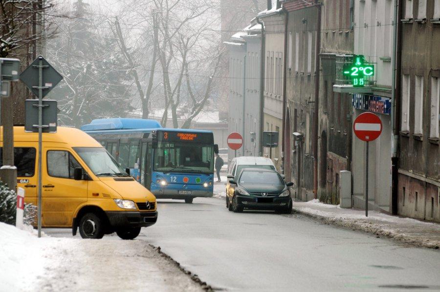 Robi się komunikacyjny harmider na drodze krajowej w centrum miasta!
