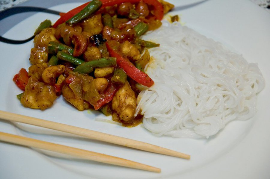 Orientalny kurczak z orzechami nerkowca
