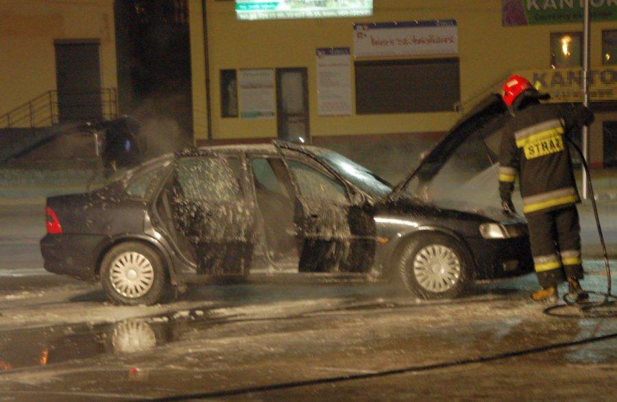 Pod marketem zapalił się samochód