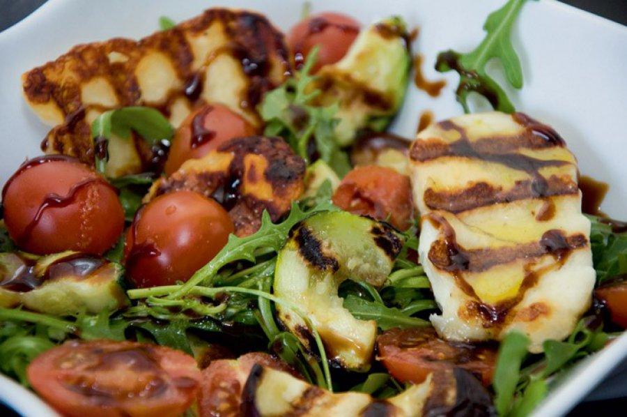 Sałatka z serem halloumi i grillowanymi warzywami