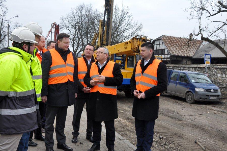 Minister sprawdza budowę wiaduktu