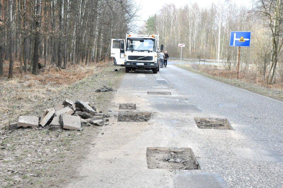 Drogowcy łatają dziury na drodze koło Chechła