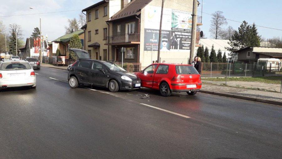 W Krzeszowicach zderzyły się samochody. Są utrudnienia w ruchu