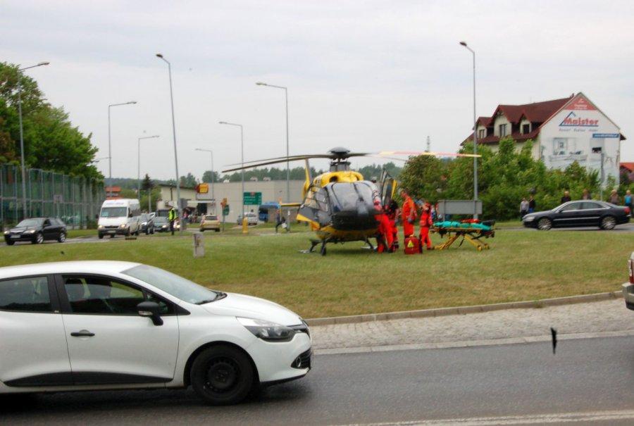 Śmigłowiec zabrał rannego z ronda w centrum miasta (WIDEO)