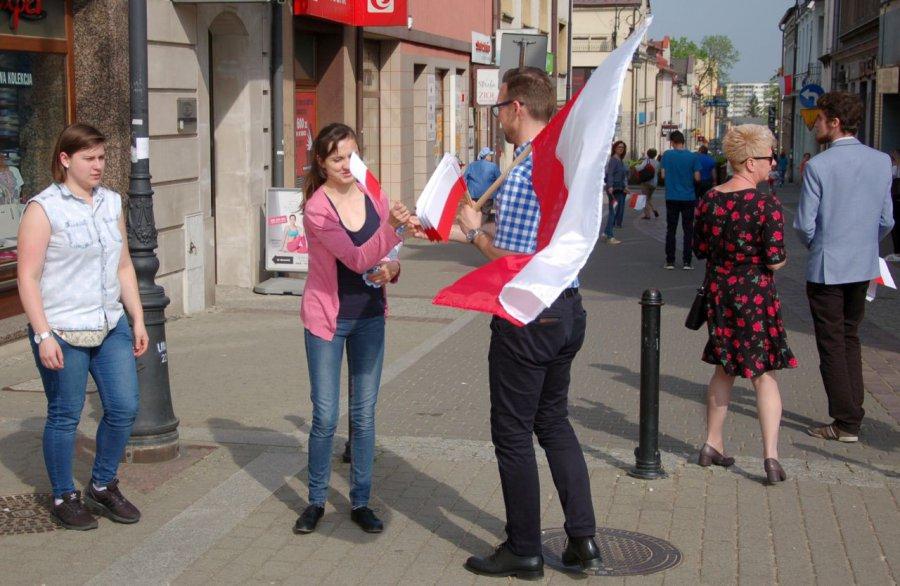 Chętni dostali flagi. Przydadzą się choćby na mundial