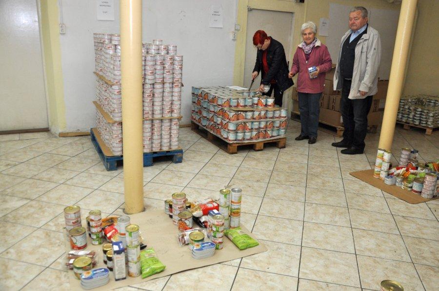 Wolontariusze rozdają jedzenie
