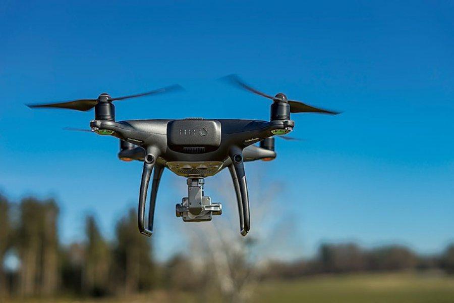 Z dronem najlepiej iść poza miasto
